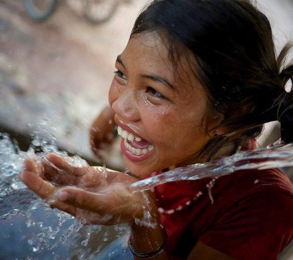 glad pige har rent vand at drikke