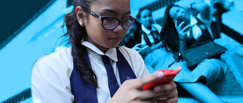 En pige checker sin telefon
