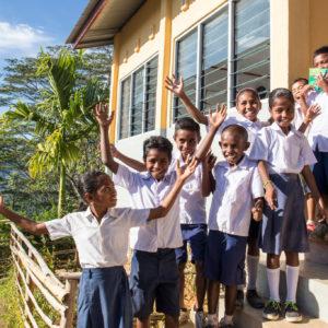 Drenge foran ny skole i Timor