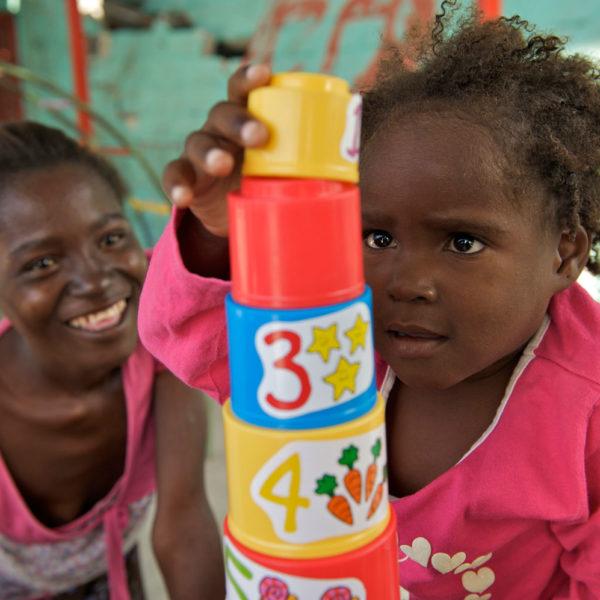 Halloweentøj fra H&M hjælper UNICEF med at styrke børns leg