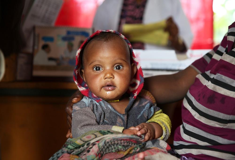 Hasema på 4 måneder er en sund og rask lille dreng fra Etiopien. Det er han takket være den undervisning og de gode råd, hans mor får af landsbyens sundhedshjælper. Hasema vokser og trives med masser af omsorg og kærlighed omkring sig.