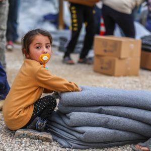 Vinterhjælp til Syriens børn består blandt andet af varme termotæpper, støvler, vinterfrakker, flyverdragter, huer, vanter, sweatre, telte, pressenninger, varmeapparater til klasseværelser og vouchere eller pengebeløb, som forældre kan bruge til vintertøj
