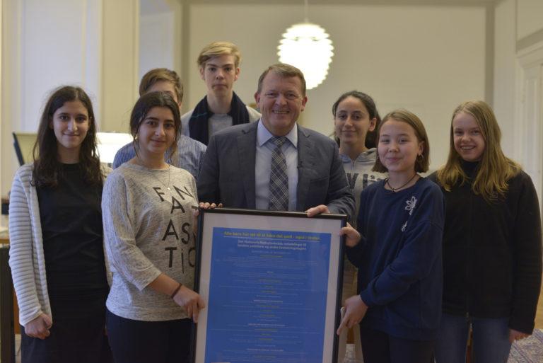 I december kunne syv skoleelever som repræsentanter fra UNICEFs Nationale Rettighedsråd endelig aflevere resolutionen fra Børnetopmødet til Statsminister Lars Løkke Rasmussen. En stor dag!
