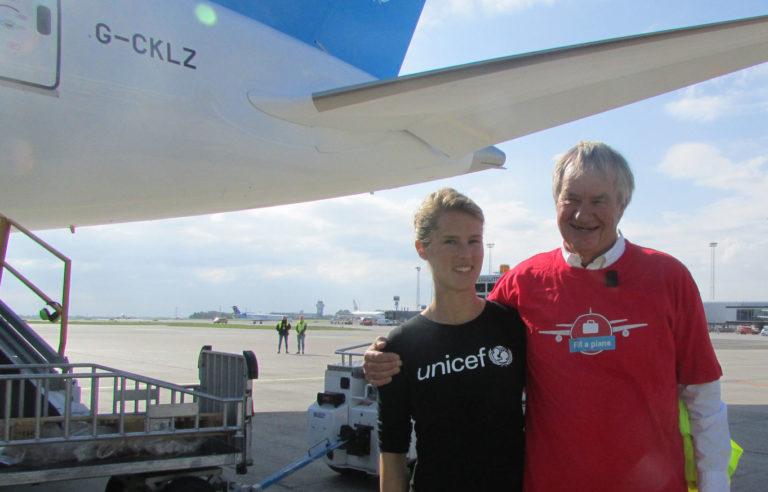 Norwegian sender her endnu engang et fly afsted, som er fyldt med bl.a. medicin og vandrensningstabletter fra UNICEF. Det hele skal videre til børn i Yemen. Norwegians topchef Bjørn Kjos og UNICEFs Hanna Line sørgede for, at nødhjælpen kom godt frem.
