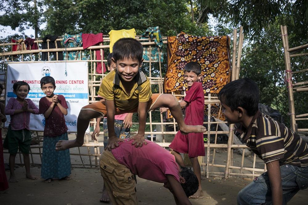 7-årige Mohammed leger med sine klassekammerater i en af de 182 midlertidige skoler, vi har oprettet for 15.000 flygtede rohingya-børn i Bangladesh. Mohammed måtte flygte med sin familie, da deres landsby blev angrebet af militæret i Myanmar.