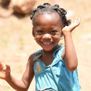 På vegne af 4-årige Sarahis fra Elfenbenskysten - der fortæller, at hun elsker at gå i skole - og alle verdens børn vil vi gerne sige TAK for i år. Fordi så mange herhjemme gerne vil hjælpe børnene sammen med os, kan vi gøre en STOR forskel. Godt nytår.