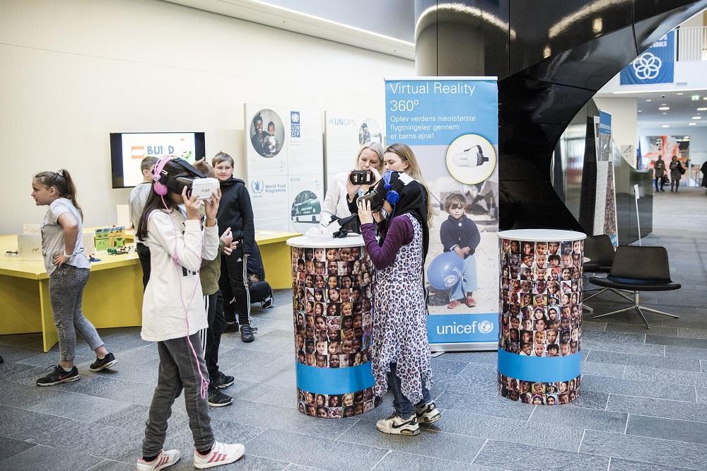 I lobbyen kunne man komme på en virtual reality tur i en flygtningelejr i Jordan. Foto: Lise Balsby