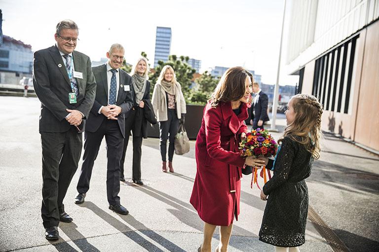 Dagen bød på vidensdeling, spændende oplæg og laboratorier. Også H.K.H. Kronprinsesse Mary talte engageret på årets Børnenes Dag-konference. Her modtager hun en buket blomster fra vores Kommunikationsdirektør Line Grove Hermansens seje datter Anika.