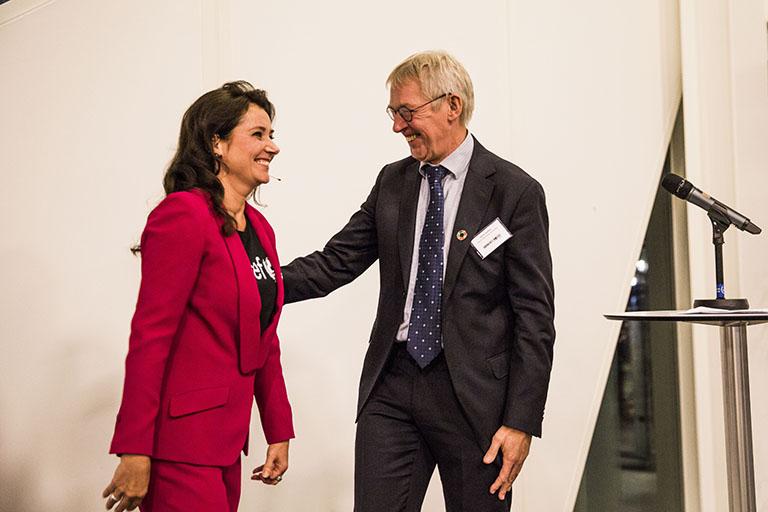 Konferencier Sidse Babett Knudsen introducerer UNICEF Danmark's formand Alfred Josefsen. Foto: Lise Balsby