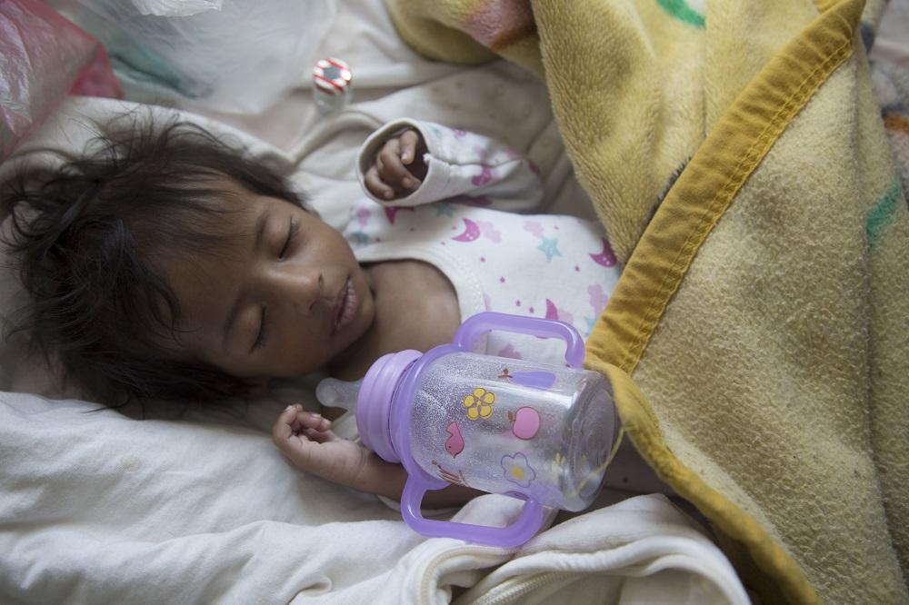 3-årige Abdulmalik fra Yemen bliver behandlet mod alvorlig underernæring på et UNICEF-støttet hospital i hovedstaden Sana'a. En kombination af beriget mælk og nærende jordnøddemos med vitaminer og mineraler gør underværker for børn, der er ramt som hende.