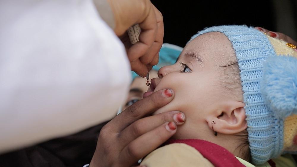 Sidste weekend i november lykkedes det os at komme ind i krigshærgede Yemen med livreddende vacciner til 600.000 børn. Nu er det lille barn her snart beskyttet mod polio, der både kan true børn på livet og gøre dem handikappede resten af deres dage.