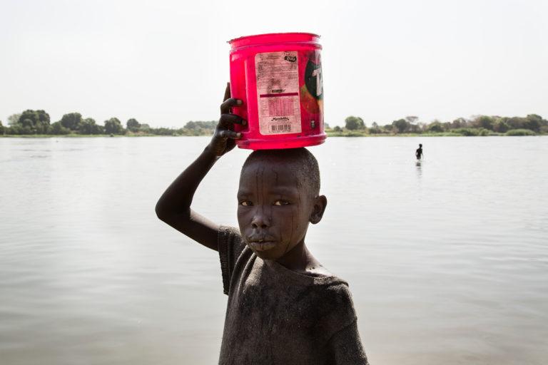 barn-beskidt-bærer-flod-nilen-sydsudan-vand