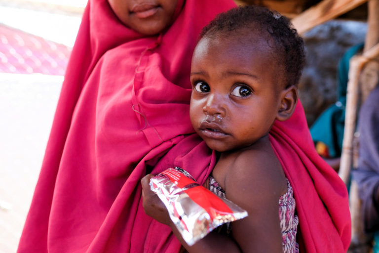 I Somalia bekæmpes underernæring med jordnøddepure Plumpynut.