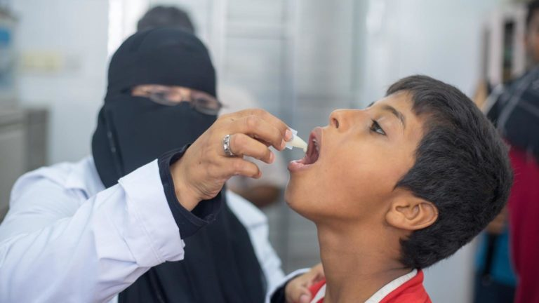 En yemenitisk dreng modtager sin kolera vaccination