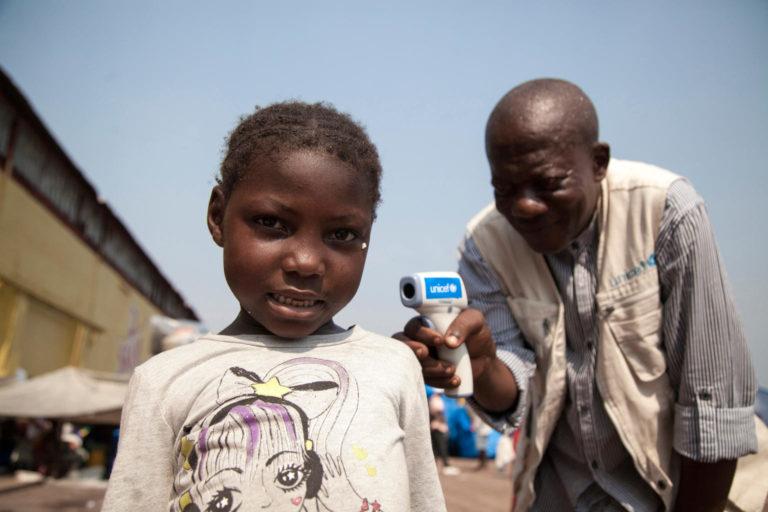 En pige får taget sin temperatur i DR Congo. Sammen med partnere har UNICEF udviklet en plan for at standse ebola-smitte. UNICEF har etableret temperatur-målingspunkter strategisk placeret efter tidligere udbrud. Det forhindrer nye tilfælde.
