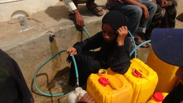 Pige i Yemen henter rent vand til drikkevand fra en unicef vandpost