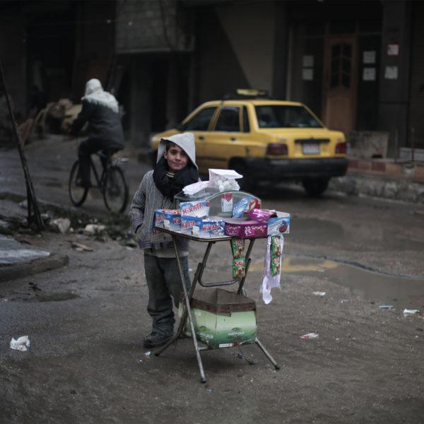 9-årige Ayman sælger slik på gaden i Damascus, Syrien.