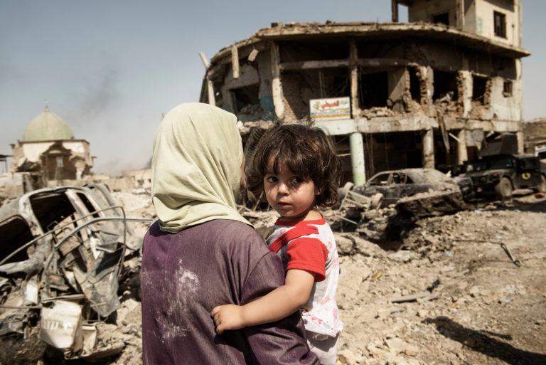UNICEF/2017/Romenzi/Iraq/Mosul/Woman/Child/Debris