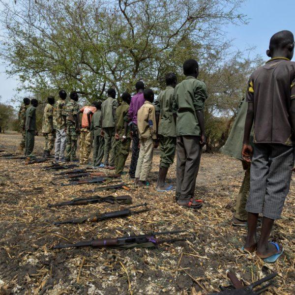 300 børnesoldater lægger våbnene i Sydsudan.
