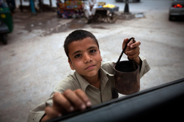 dreng-barn-gade-barn-arbejde-gadebørn