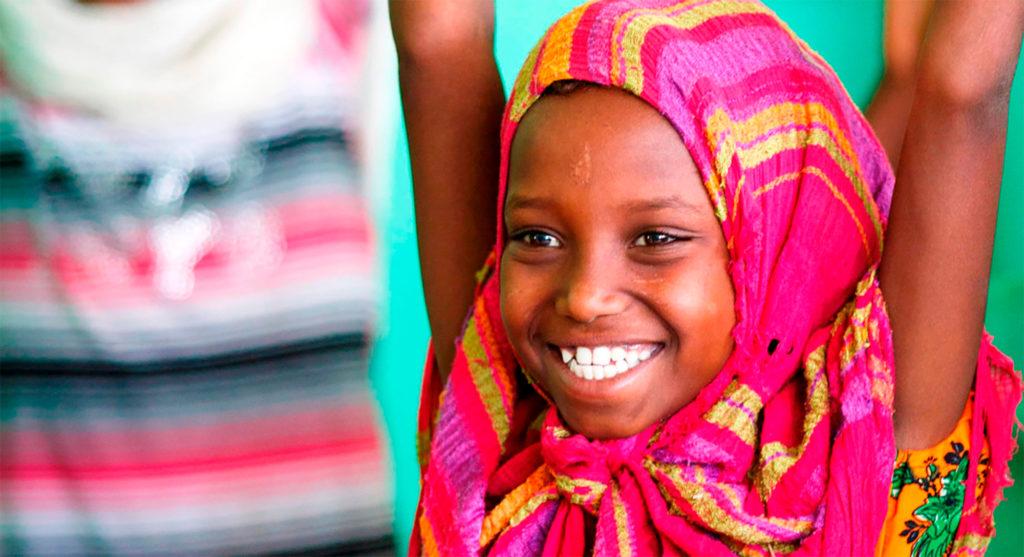 børnekonvention pige rækker glad armene i vejret