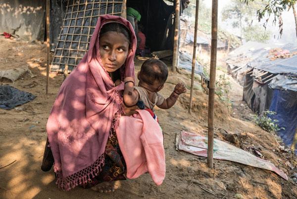 14-årige Asmot Ara er rohingya og bor i Cox Bazaar flygtningelejren i Bangladesh med sin datter og sin mand. Børn på flugt er udsatte og kan lide overgreb