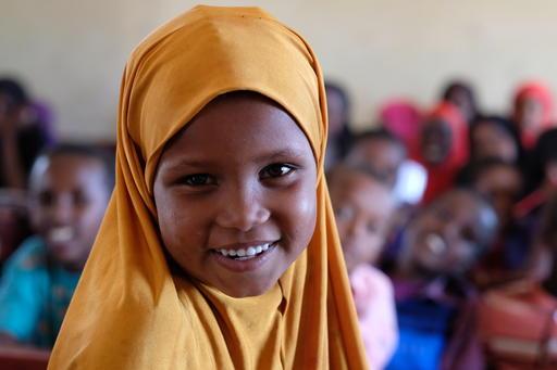 7-årige Nura fra Ainabo, Somalia elsker at gå i skole. UNICEF har støttet hendes skole med bl.a. nye klasseværelser, en vandtank og skoleuniformer.