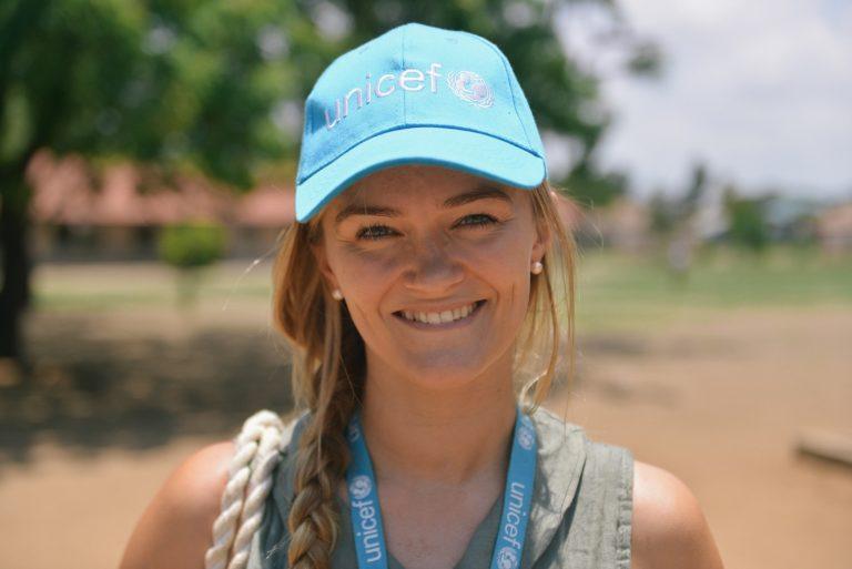 Rikke hjælper børn sammen med UNICEF i Tanzania.
