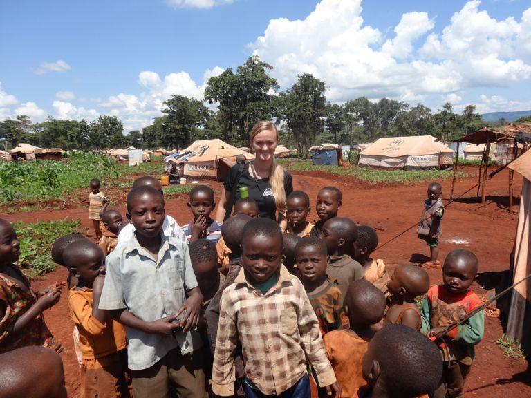 Rikke med en masse børn fra Tanzania.