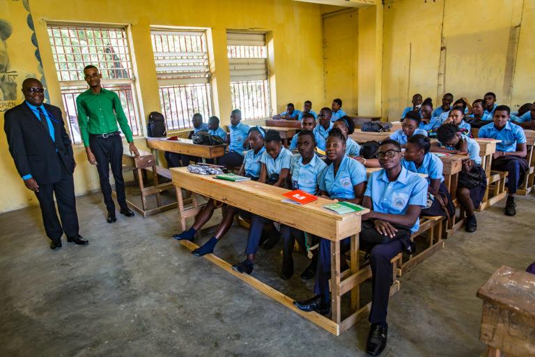 Elever og deres lærere i et klasseværelse på en skole i Haiti.