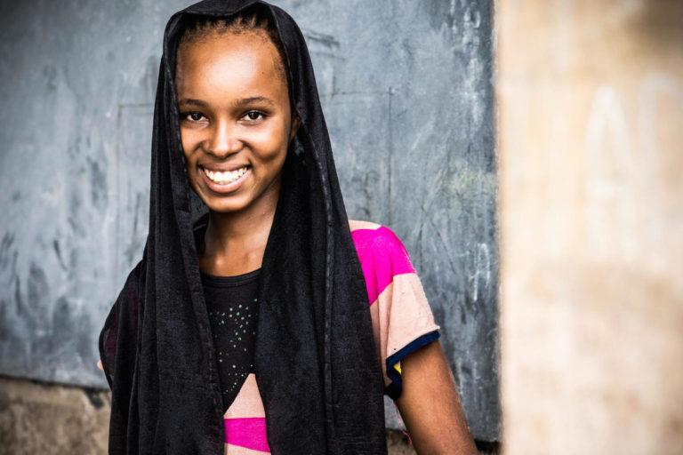15-årige Hawa Oimar står i klasseværelset på sin skole i sydlige Chad.