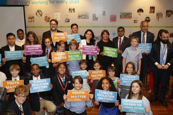 Børn og unge diskuterer klimaforandringer med højtstående politikere og beslutningstagere ved et event, som UNICEF er vært for.