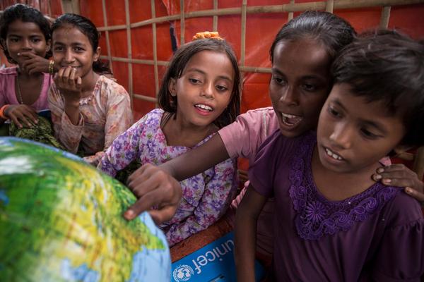 Elever kigger på en oppustelig globus, som er en del af det undervisningsmateriale skolen har fået af UNICEF. Skolen ligger i Uchiprang flygtningelejren i Bangladesh, hvor et stort antal rohingyaer er flygtet til fra Myanmar.