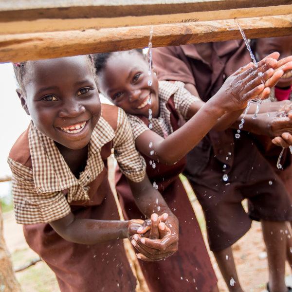 børn-vasker-hænder-drikker-vand-skole-zambia-UNICEF