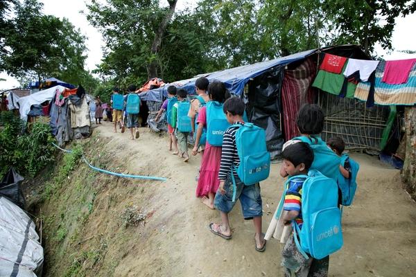 Rohingya børn fra flygtningelejren i Cox Bazaar går hjem fra skole. UNICEF arbejder for at børn skal lære og uddanne sig.