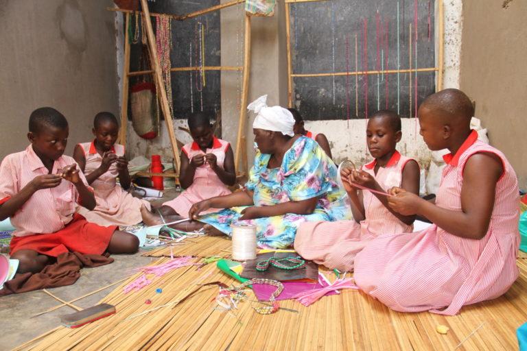 Ved siden af skolen deltager Alissati i UNICEF-støttede håndværks-workshops.