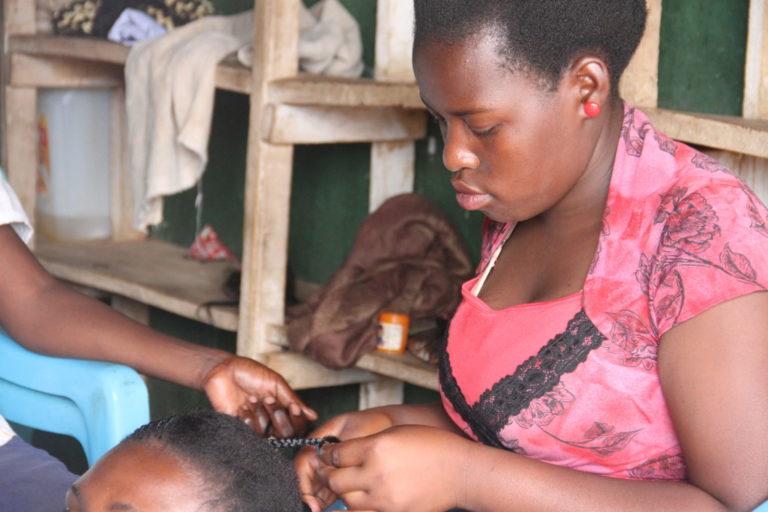 Miria Nanjiya på sin arbejdsplads. Hun blev gift som 12 årig og måtte droppe ud af skolen, men hun er nu blevet frisør. UNICEF kæmper mod Børneægteskaber.