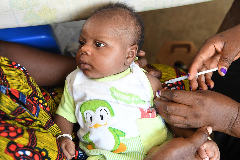 Lille dreng bliver vaccineret mod mæslinger på elfenbenskysten. Børn har ret til at overleve. For at opfylde den rettighed leverer UNICEF for eksempel vacciner og medicin til verdens brændpunkter.