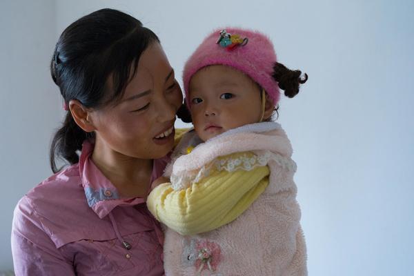 1,5-årige Ri Song fra Nordkorea er lige blevet tilset af den lokale læge, som tager sig af 122 familier. UNICEF hjælper børn med at overleve og trives.