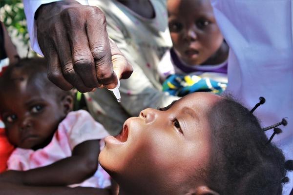 UNICEF hjælper børn med at overleve og trives. En pige bliver vaccineret mod polio i Manono Tanganyika provonsen i DR Congo.
