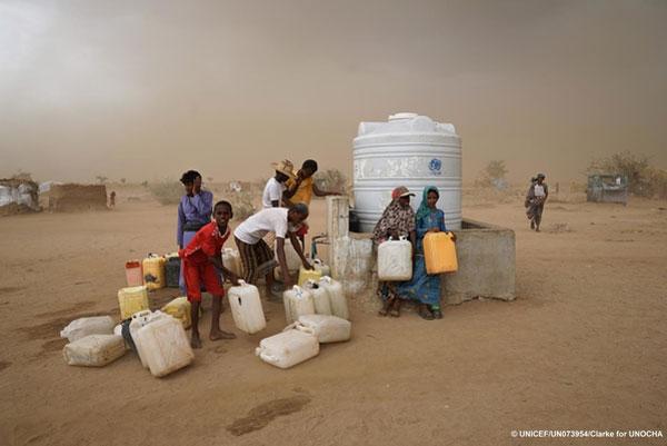 Internt fordrevne henter rent vand ved en UNICEF vandpost Abs lejren i Yemen.