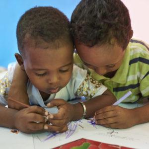 Børn tegner på et center for børns tidlige udvikling på en skole i Djibouti.