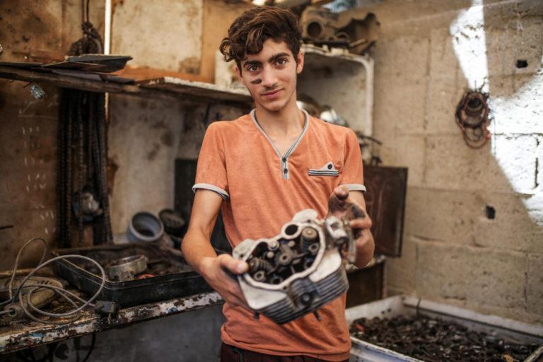 17-årige Moussa er en af de 25 procent af unge drenge i Palæstina, der ikke går i skole.