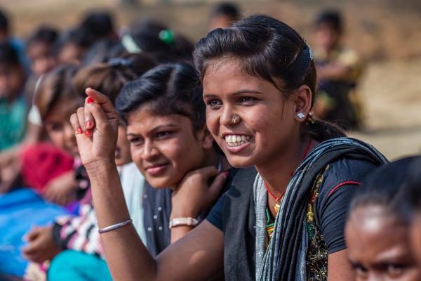 En pigegruppe diskuterer børneægteskab med landsbyens ældre. Alle børn skal vokse op uden overgreb.