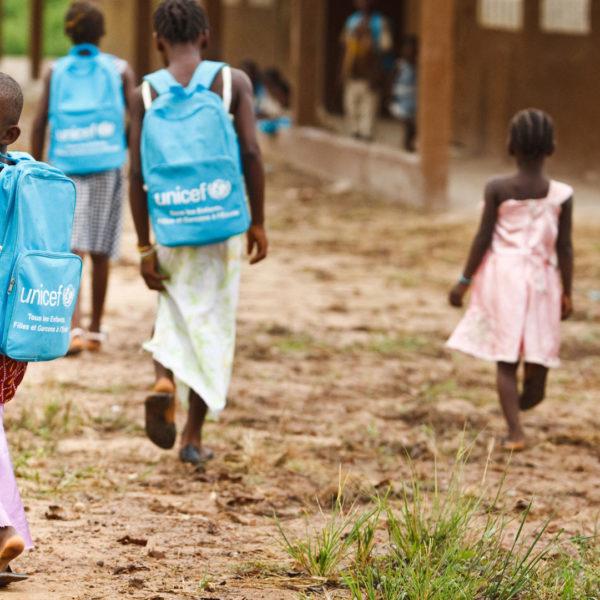 Børn på vej til skole i landsbyen Bloleu, Elfenbenskysten. Børn skal lære og uddanne sig