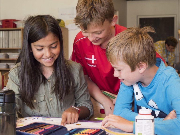 Skolebørn arbejder sammen på Kildegårdskolen i Herlev. Det er en af UNICEFs Rettighedsskoler. danske børn i danmark Foto: Finn Brasen