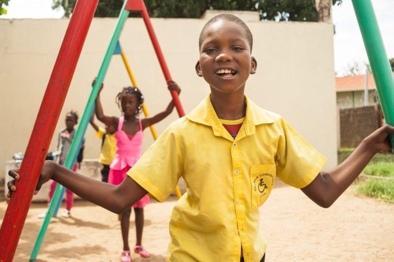 Nu kan Eduardinho gå uden hjælp. Han er uafhængig og kan lege og være det glade barn, han er fra naturens hånd. © UNICEF/UN0158310/Jean/Handicap International