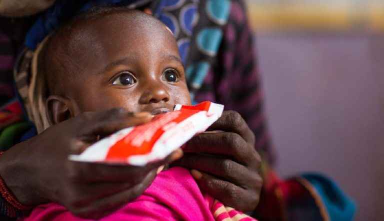 Gemechu er 2 år gammel. Hun kommer fra Etiopien og lider af underernæring. Her får hun behandling med nærende nøddemos, så hun kan blive rask igen. © UNICEF/UN0141389/Sewunet
