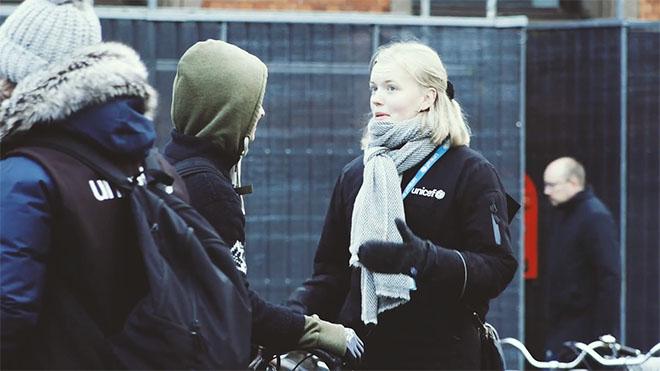 Promoter hos UNICEF står på gaden og hverver faste støtter