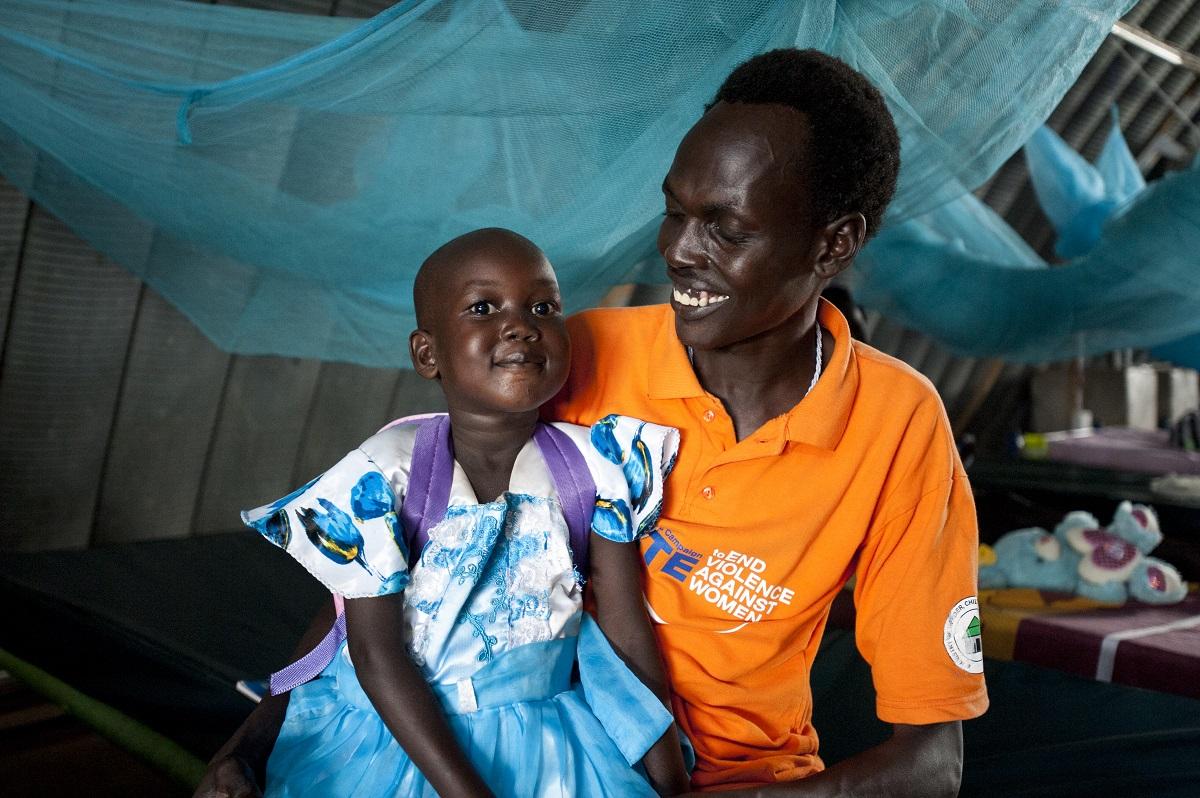 10 måneder efter, hun blev udskrevet fra hospitalet, er Nyajime stadig i trivsel. © UNICEF/UN047612/Rich